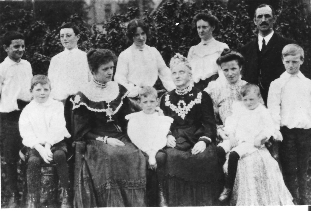 1905 Pilkingtons + Wyldes from USA. Women = Sarah P, x, Hannah P, x, Mary (Polly). Man = Niel Wylde