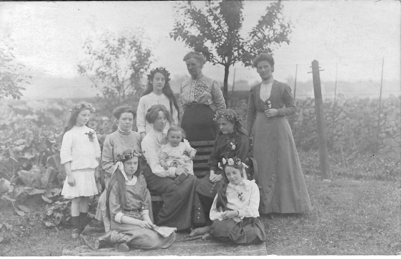 1913.7 Southleigh, London Rd, Buxton - family home of Pilkingtons. Nancy, x, Madge, Winifred, Bertha, Mollie, Sarah, x, x, Edith